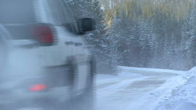 Una conducción de automóviles en la carretera nacional almacen de video