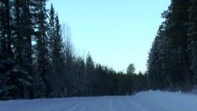 Una conducción de automóviles en la carretera nacional metrajes