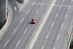 Una conducción de automóviles en la carretera Foto de archivo libre de regalías