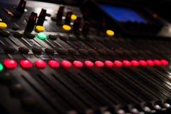 Una consola de la música con muchos botones y resbaladores imágenes de archivo libres de regalías