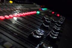 Una consola de la música con muchos botones y resbaladores imagenes de archivo