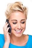 Una conversación feliz sobre el teléfono celular Fotografía de archivo