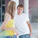 Una conversazione/che flirta dei due studenti di college sulla città universitaria Fotografia Stock