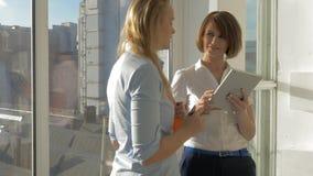 Una conversazione di affari di due donne video d archivio