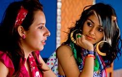 Una conversazione femminile dei due studenti di college Immagini Stock Libere da Diritti