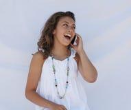 Una conversazione teenager sul telefono. Immagini Stock