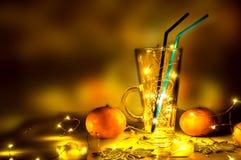 Una copa de vino reflexionada sobre con las luces mágicas en ella Fotografía de archivo