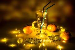 Una copa de vino reflexionada sobre con las luces mágicas en ella Foto de archivo