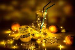 Una copa de vino reflexionada sobre con las luces mágicas en ella Foto de archivo libre de regalías