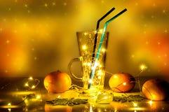 Una copa de vino reflexionada sobre con las luces mágicas en ella Imagen de archivo