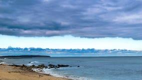 Una coperta delle nuvole copre il cielo come miscele di una tempesta lungo l'orizzonte fotografia stock libera da diritti