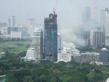 Una copertura del fumo una vecchia costruzione dell'UCA durante il fuoco Fotografia Stock Libera da Diritti