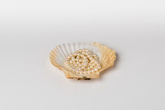 Una copertura di pettine con la collana della perla Immagini Stock