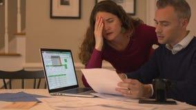 una coppia è affranta sopra il loro debito video d archivio