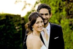 Una coppia adorabile che gode di un momento molto speciale di gioia durante il loro giorno delle nozze, Barcellona, Spagna Fotografia Stock Libera da Diritti