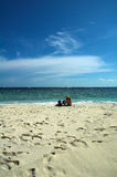Una coppia alla spiaggia Fotografia Stock Libera da Diritti