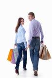 Una coppia ambulante con i sacchetti Fotografia Stock