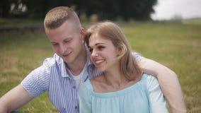 Una coppia amorosa ad una data dal fiume Il tipo e la ragazza stanno sorridendo archivi video