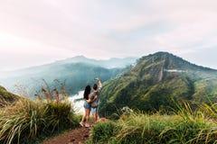 Una coppia amorosa che prende le immagini dell'alba nelle montagne fotografie stock