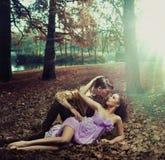 Una coppia amorosa che si trova sulle foglie di autunno Immagini Stock