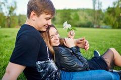 Una coppia amorosa nella sosta Immagine Stock