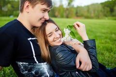 Una coppia amorosa nella sosta Fotografia Stock