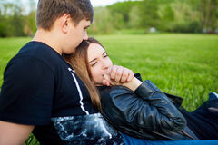 Una coppia amorosa nella sosta Immagine Stock Libera da Diritti