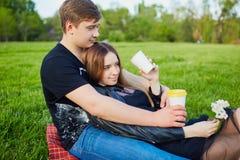Una coppia amorosa nella sosta Immagini Stock