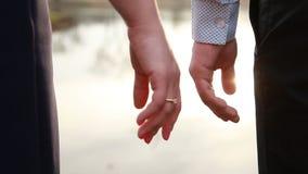 Una coppia amorosa si prende per mano video d archivio
