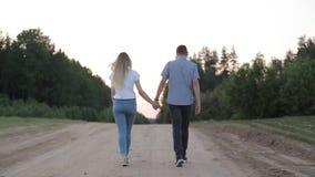 Una coppia amorosa sta camminando lungo un sentiero forestale video d archivio