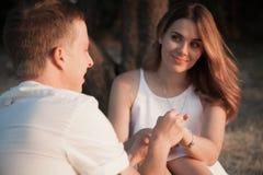 Una coppia amorosa, un uomo e uno sguardo della ragazza ad a vicenda fotografia stock