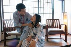 Una coppia asiatica che indossa i vestiti giapponesi immagini stock libere da diritti