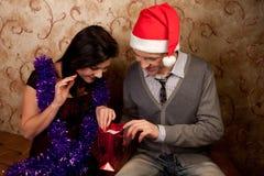 Una coppia celebra il Natale Fotografia Stock Libera da Diritti