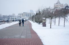Una coppia che cammina lungo il lungomare nell'inverno immagine stock