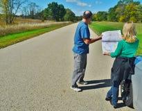Una coppia che esamina una mappa. Fotografia Stock Libera da Diritti