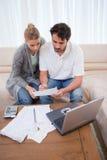 Una coppia che fa la loro contabilità con un computer portatile Fotografia Stock