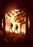 Una coppia che fa un'escursione attraverso una foresta Fotografie Stock Libere da Diritti
