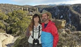 Una coppia che fa un'escursione nelle montagne di Chiricahua Immagine Stock Libera da Diritti