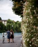 Una coppia che sveglia vicino al fiume in Thun Fotografia Stock