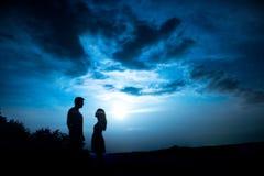 Una coppia con la luna immagine stock libera da diritti