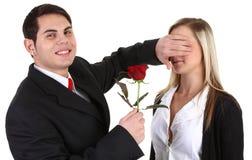 Una coppia con una rosa immagine stock