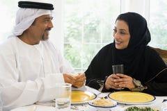 Una coppia del Medio-Oriente che gode di un pasto Fotografie Stock Libere da Diritti