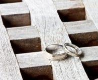 Una coppia di anelli di cerimonia nuziale fotografie stock