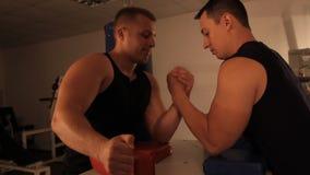 Una coppia di forze di misurazione dell'uomo muscolare Armwrestling video d archivio