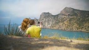Una coppia di gente messa sulla spiaggia e sulla sorveglianza del mare video d archivio