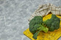Una coppia di germogli di insalata sana sono sul bordo giallo Broccolo verde fresco genere verticale di fiore di verdure verde Sa immagini stock libere da diritti
