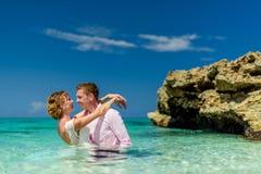 Una coppia di nozze nell'oceano Immagine Stock Libera da Diritti
