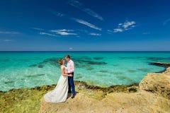 Una coppia di nozze su una riva dell'oceano Fotografie Stock