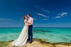 Una coppia di nozze su una riva dell'oceano Fotografia Stock