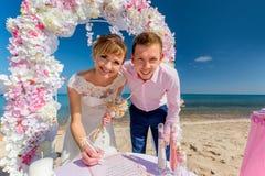 Una coppia di nozze su una spiaggia soleggiata Fotografia Stock